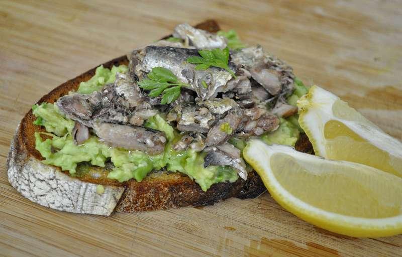 бутерброд с сардинами
